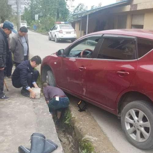 汽车陷入沟渠里救援